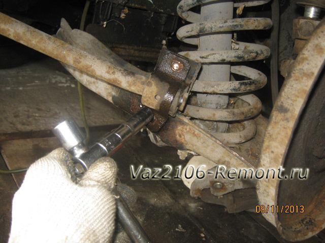 откручиваем болты стабилизатора на ВАз 2106