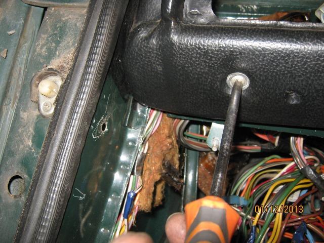 болты крепления панели приборов на ВАЗ 2106