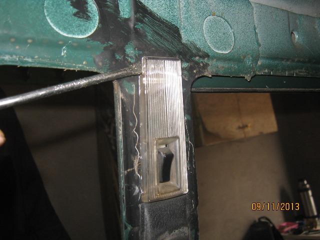 поддеть плафон освещения салона на ВАЗ 2106