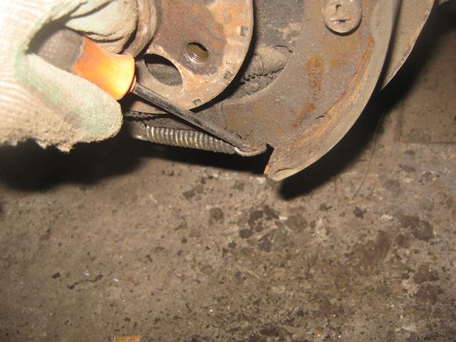 как снять пружины задних колодок на ВАЗ 2106