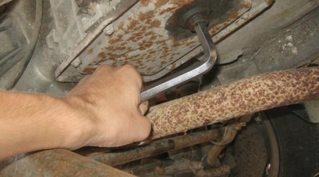 отворачиваем пробку КПП на ВАЗ 2106