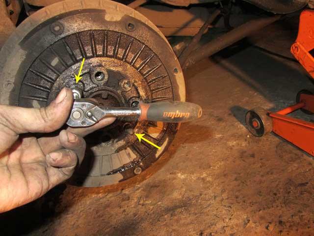 открутить шпильки тормозных барабанов на ВАЗ 2106, 2103