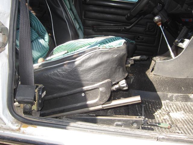 как снять передние сиденья на ВАЗ 2106