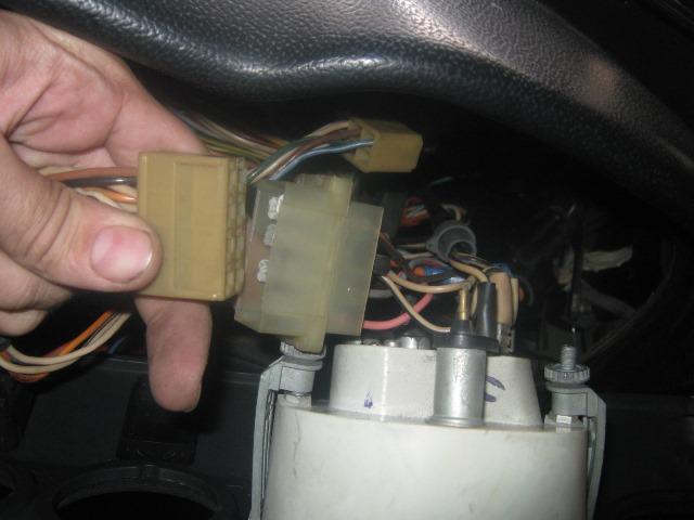 отсоединить штекер питания тахометра ВАЗ 2106