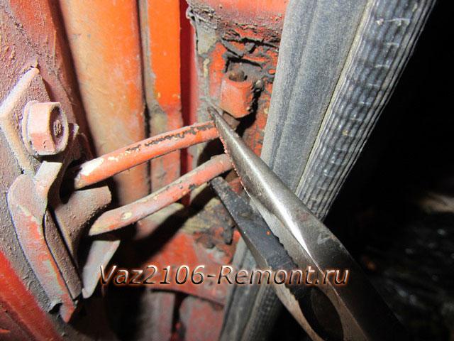 как вынуть ограничитель двери на ВАЗ 2106