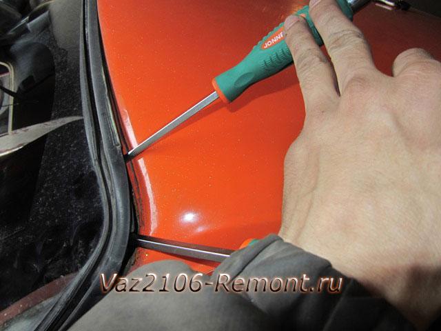 поддеваем уплотнительную резинку лобового стекла на ВАЗ 2106