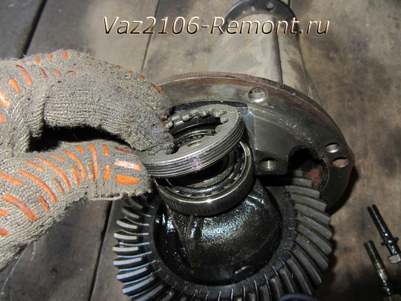 изъятие регулировочной гайки подшипника редуктора ВАЗ 2106