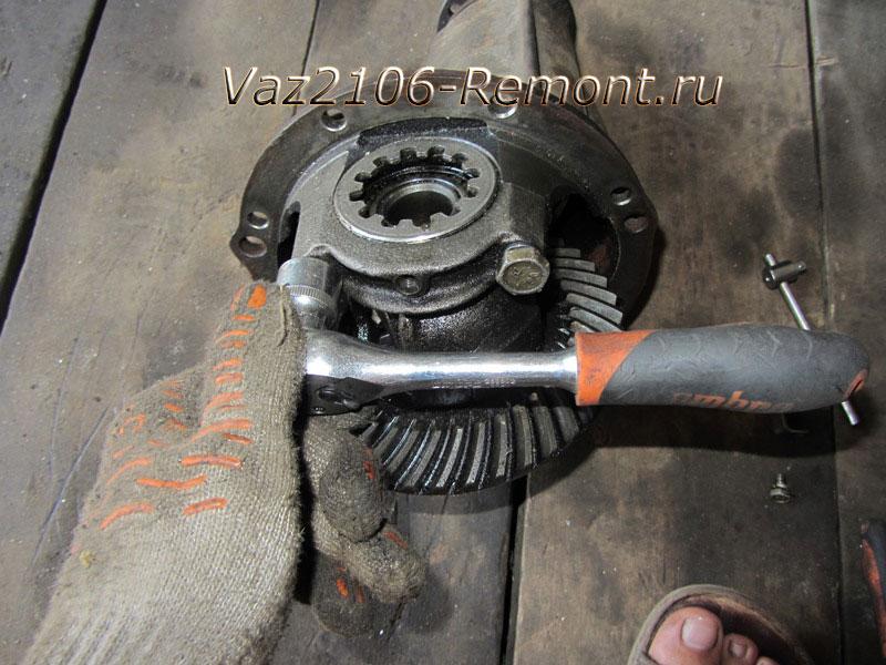 крышка крепления подшипника редуктора на ВАЗ 2106