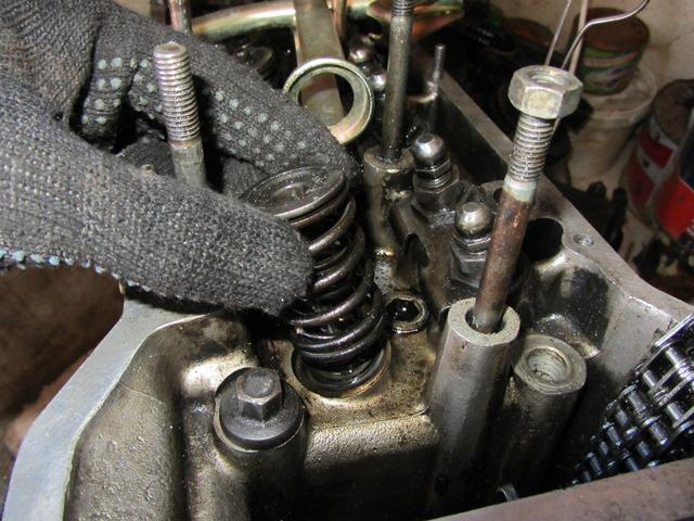 снятие пружин клапанов на ВАЗ 2106
