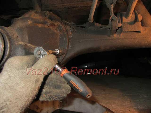 открутить редуктор заднего моста ВАЗ 2106