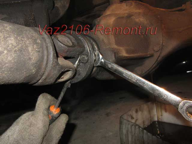 как открутить хвостовик на ВАЗ 2106 от редуктора