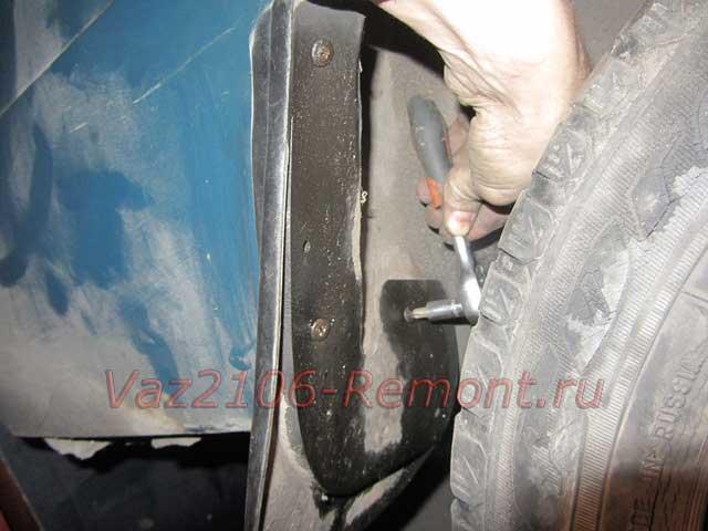 открутить саморезы крепления брызговика на ВАЗ 2106