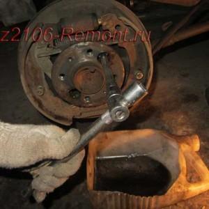 открутить гайки крепления задней полуоси на ВАЗ 2106