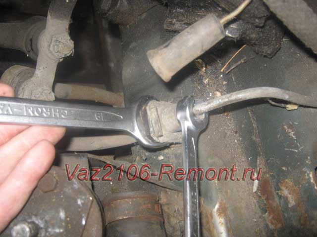 открутить трубку тормозной жидкости кпп на ВАЗ 2106