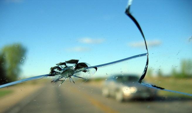 повреждение стекла автомобиля