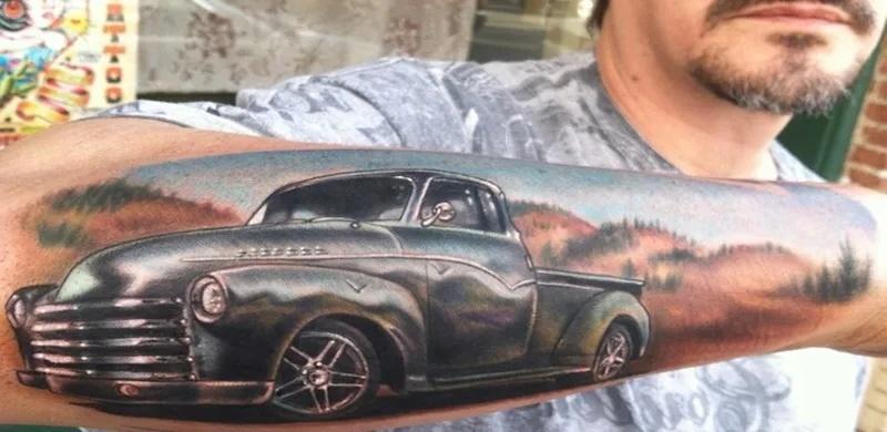 татуировка с автомобилем